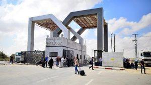 Filistinli aileler Refah Sınır Kapısı önünde protesto gerçekleştirdi