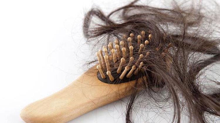 1. Saçınızı yanlış yönde fırçalıyorsunuz