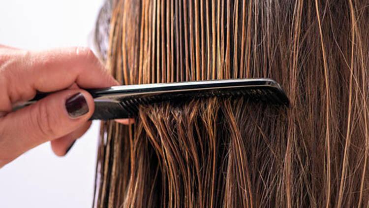 6. Kıvırcık saçları kuruyken taramayın